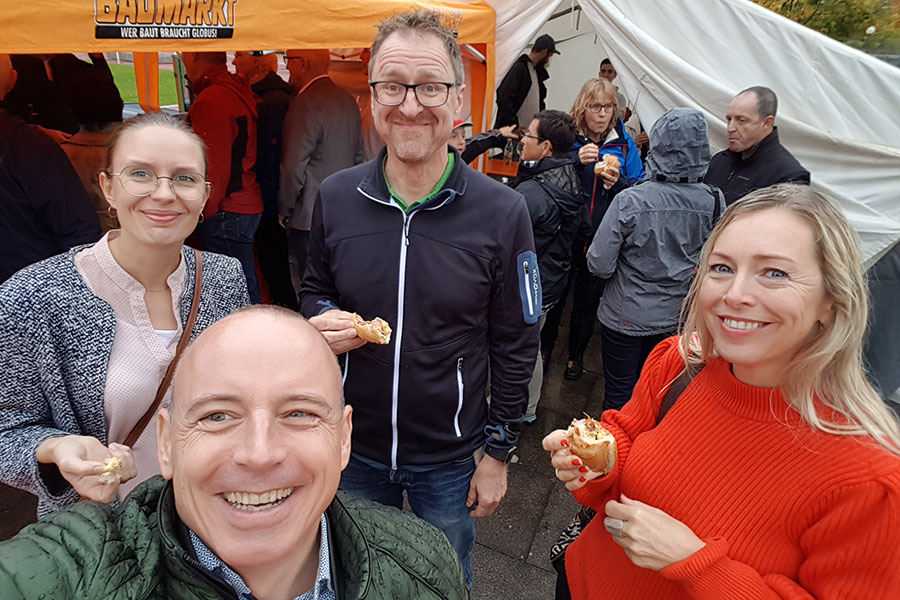 Gute Laune unter den Gästen beim Spatenstich in Weinstadt für das SGCube